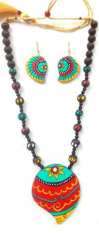 Impressive terracotta necklace sets myriad of colours to