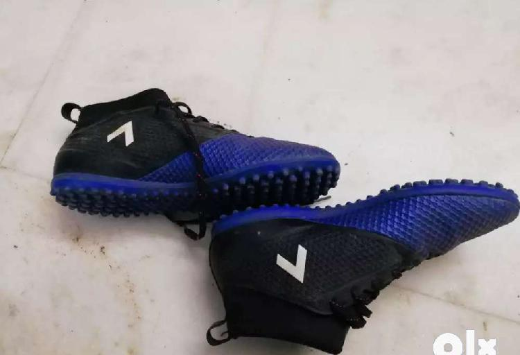 Brand new original adidas football trainer shoes size 8 with
